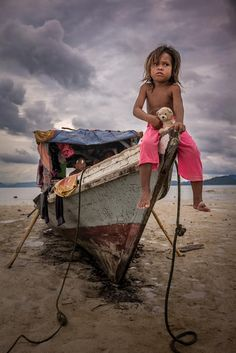 Bajau kid & her doll on Sand Island, Semporna, Malaysia Village Photography, World Photography, Children Photography, Photo Repair, Old Faces, Photo Restoration, World Pictures, People Art, Incredible India