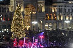 Il Natale è arrivato in piazza Duomo a Milano: le 54mila luci led di Joy, l'abete delle feste nel cuore della città, si sono accese sulle