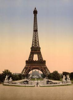 """Avec la Tour Eiffel , nous voyageons dans le temps pour voir l'une des structures les plus célèbres dans le monde tel qu'il était il ya un siècle .Gustave Eiffel a construit la tour en treillis en fer forgé qui porte son nom comme l'arche d'entrée pour l' Exposition universelle de 1889 , la foire mondiale des sortes vantant le passé et les contributions futures à la culture l'art la science et de l'industrie de la France . La tour a été conçu pour servir comme un symbole de """" l'utopie réalis..."""