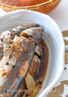 FISH ADOBO = Ingredients 2 lbs. round scad (galunggong), gutted and cleaned 1 tablespoon minced garlic 4 dried bay leaves 1 tablespoon whole pepper corn 5 tablespoons dark soy sauce 3 tablespoons white vinegar 1 cup water 2 tablespoons sea salt====