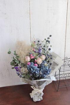 お菓子の様な風合いのかわいいピンクのバラと ブルー系のお花と合わせ花束にしましたふんわりと、スモークツリーも添えて^^そのまま飾っても頂けますが、後ろにフ... ハンドメイド、手作り、手仕事品の通販・販売・購入ならCreema。