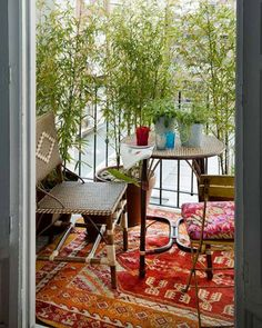 Une déco de balcon sans vis à vis avec brise vue en bambou