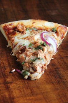 BBQ Chicken Pizza: we're looking for pizza recipes to try on our grill. Flatbread Pizza, Pizza Pizza, I Love Food, Good Food, Yummy Food, Paleo Food, Calzone, Great Recipes, Dinner Recipes