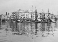 Ένα πλάνο από τη θάλασσα, στο ύψος του Mediterranean Palace, στα τέλη της δεκαετίας το 1920. Thessaloniki, Macedonia, Athens, Old Photos, Sailing Ships, New York Skyline, Greece, Nostalgia, The Past