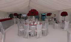 Elegantná svadobná výzdoba z viac ako 5000 ruží
