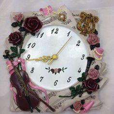 Notalar Ve Müzik Temalı El Boyama Saat . İNSTAGRAM  :  @yun_dunyasi  WHATSAPP   :  0530 150 39 26    #saat #polyester #Lipix #handmade #kalite Diy Clock, Quilling, Fun Crafts, Bracelet Watch, Clay, Amazing, Model, Handmade, Accessories