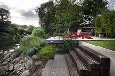 La terrasse en pente douce donnant sur la Seine a été réaménagée avec un enrochement et la construction d'un muret.