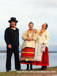 Kivennavan äyrämöispuku ja Jääsken miehen puku. National dresses of Finland, Kivennapa and Jääski region. Kansallispuvut -T:mi Soja Murto