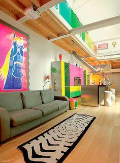 Ângulos da sala e da cozinha (ao lado e à esquerda, acima) revelam criações como o tapete Tiger (Memphis) e o quadro Horse (1999).