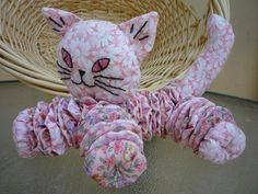 Yo Yo CAT baby/probably would make legs smaller and longer. Cat Crafts, Crafts To Make, Arts And Crafts, Quilting Projects, Sewing Projects, Craft Projects, Sewing Toys, Sewing Crafts, Yo Yo Quilt