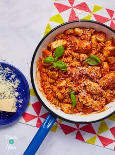 This quick and tasty pasta dish uses roasted red peppers from a jar to save time without compromising on flavour! Low Calorie Pasta, Low Calorie Recipes, Chicken Stuffed Peppers, Pepper Chicken, Healthy Food Blogs, Healthy Recipes, Clean Eating Recipes, Cooking Recipes, Chicken Pasta