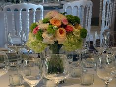 Centrotavola di ranuncoli, rose inglesi ed hydrangea.