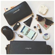 What's in your bag? SOOO SIMILIAR TO WHAT'S IN MY BAG :)