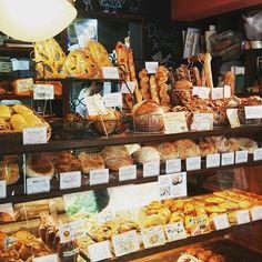 小さなお店のショーケースは美味しそうなパンでいっぱい!! 早く行かないと売り切れるので朝行くのがオススメ。 Plywood Furniture, Rustic Coffee Shop, Bread Bar, How To Store Bread, Bakery Interior, Bakery Display, Cnc, French Bakery, Brick Flooring