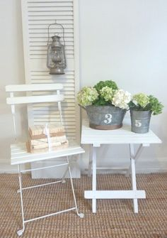 Lovely summery vignette: Galvanized buckets with hydrangeas, bistrot chair with old books and an old lantern
