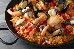 Receita tipicamente espanhola cheia de frutos do mar (camarão, lula..), muito saborosa e colorida. Uma linda apresentação com um sabor único! Apaixonante! Prova esta deliciosa receita!