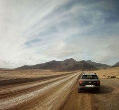 Instagrammer travelingdutchies ontdekte het Spaanse eiland Fuertaventura met een huurauto. Deel ook je roadtrip plezier op social media met de hashtag #meteenhuurautoziejemeer