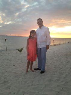 Luis Molleda, con su hija María José, disfrutando del calor de Isla Mujeres con su guayabera Maauad.
