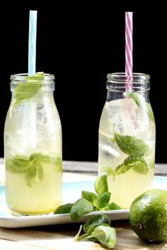 Perfekt für heiße Sommertage: erfrischende, selbst gemachte Limetten-Basilikum-Limonade aus nur 3 Zutaten... #limonade #homemade #lemonade #lime #basil #summer