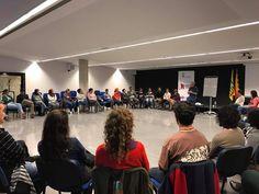 Ara mateix a la sala d'actes, Carles Parellada parlant de les projeccions que emeten els pares i mares cap els fills #Esparreguera #quèfemalesbiblios