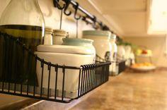 In der Küche solche Standen aufhängen und Körbe dranhängen, für die Keramik-Behälter? Damit die Arbeitsfläche frei bleibt.
