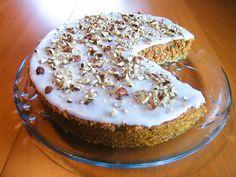 Vidunderlig saftig og god gulrotkake med hasselnøtter og melisglasur. Kaken inneholder ikke noe hvetemel, hvilket gjør den ekstra luftig og myk.