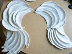 DIY Angel Wings made with paper plates. could make some pretty sweet wings for kids halloween costume . Diy Halloween, Costume Halloween, Theme Halloween, Holidays Halloween, Diy Costumes, Halloween Decorations, Malificent Costume Diy, Costume Ideas, Recycled Costumes