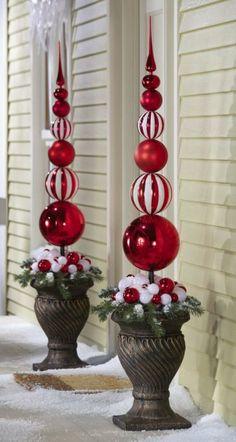 weihnachtsdeko im garten turm spitze rot weiss kugeln pflanzkuebel