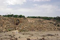 Cauea o graderia del circ (amb l'accés des de l'amfiteatre), Lepcis Magna    Cavea (seats), Roman circus , Lepcis Magna, Libya.