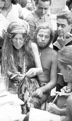 Janis no colo de David Niehaus, Coletiva de Imprensa, Copacabana Palace, Tarde de Sexta-feira, 13 de fevereiro de 1970.