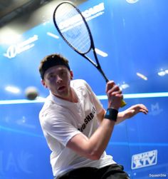 A low elbow leads to a high racket head. Don't lift your elbow up to high on the backhand side as you approach the ball!  #squash #lift #technique