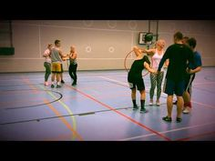 Vanne ryhmän läpi Exercise For Kids, Team Building, Physical Education, Social Studies, Physics, Basketball Court, Youtube, Tv, Fitness