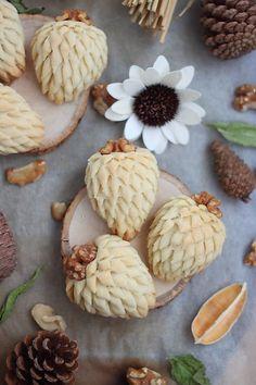 De jolis sablés pour épater la galerie avec une forme originale repérée sur le net. Des pommes de pins sculptées au ciseau fourrées d'une...