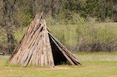 7087119-native-american-villaggio-indiano-miwok.jpg (400×266)