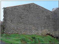 """""""Est ce vraiment le mur d'un château ?"""" .... C'est la question que je me suis posé devant cette curieuse façade du château d'Albières. Mais avec un peu d'attention et d'envie de découverte, il est possible de voir des fentes verticales et...."""