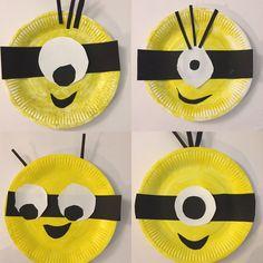 Minion Fun!!! Make a cute minion with a paper plate and a little bit of black and white cardboard.  Diversión con los Minions!!! Haz un divertido minion con un plato de papel y un poco de cartulina negra y blanca.