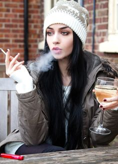 Felice Fawn, Wine and Cigarette :) Black Hair Pale Skin, Long Black Hair, Dark Hair, Blue Hair, Black Hair Blue Eyes Girl, Smoking Ladies, Girl Smoking, Smoking Room, Valo Ville