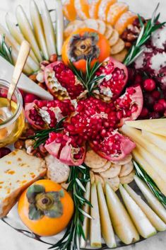 how to make a cheese platterhow to make a cheese platter: this winter inspired cheese board is perfect for holiday and christmas parties, featuring seasonal pairings like citrus and pomegranate!Warm Mississippi Cheese Dip: For When Tailgating Recipes, Tailgate Food, Tapenade, Easy Appetizer Recipes, Easy Healthy Recipes, Fall Recipes, Buffalo Chicken, Cheese Platter How To Make A, Make Ahead Smoothies