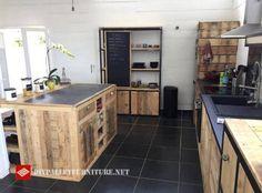 Diese Idee der Küche wurde im Internet gefunden, ist komplett gebaut und mit Paletten dekoriert, von der Insel der Küche, Schränke, Regale, und zum Beispiel die Schublade für den Kühlschrank, ist a…