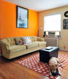 """Concorda comigo que este laranja está """"gritando"""" nesta #sala ? Saiba mais sobre como evitar isso no #simplesdecoracao  #cor #combinaçãodecores"""