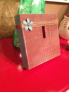 Rustic Wood Photo Frame with Twine Bow and Metal Flower (burnt sienna and turquoise) on Etsy, $12.00 Picture Holders, Photo Holders, Photo On Wood, Picture On Wood, Distressed Wood, Rustic Wood, Pallet Projects, Diy Craft Projects, Rustic Picture Frames
