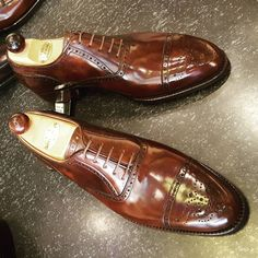 Simply jaw dropping these Punched ToeCap Oxford using the new Walnut Museum Calf. Has the velvety milk chocolate effect once you apply a good shine to them. Never miss a pair of Vass using tags: #VassShoes #AscotShoes #LaszloVass #VassCharm...