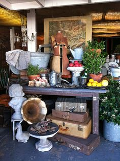 Tips for Dealers and Vendors with BOOTH Spaces at Antique Malls and Shows - booth inspiration, vintage displays ideas, increasing sales, and more. Antique Store Displays, Antique Mall Booth, Antique Booth Ideas, Vintage Display, Antique Shops, Shop Displays, Retail Displays, Boutique Displays, Jewelry Displays