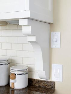 Corbel for transition from backsplash to wall