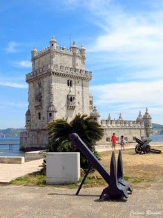 Torre de Belém - Lisboa Classificada como Património Mundial pela UNESCO desde 1983, foi eleita como uma das Sete maravilhas de Portugal em 7 de julho de 2007. A Torre de Belém é um dos monumentos mais expressivos da cidade de Lisboa. Localiza-se na margem direita do rio Tejo, freguesia de Santa Maria de Belém onde existiu outrora a praia de Belém. Inicialmente cercada pelas águas em todo o seu perímetro, progressivamente foi envolvida pela praia, até se incorporar hoje à terra firme.