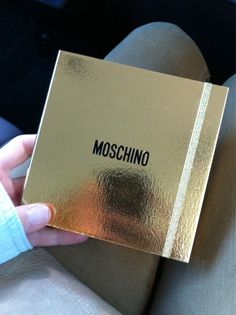 L'invitation du défilé Moschino est un carnet de notes à la reluire dorée #MFW #Moschino http://pic.twitter.com/z9i5cpKJ