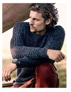 Wear a blue crew-neck sweater and burgundy chinos to create an interesting and current casual ensemble. Curly Hair Men, Curly Hair Styles, Burgundy Chinos, Red Chinos, Christopher Campbell, Stylish Men, Men Casual, Blue Crew, Business Outfit