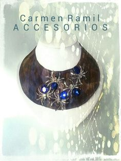 ARACNE.  Collar babero de Carmen Ramil con arañas de cristal sobre tornasol estampado