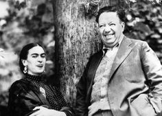 """El de Frida y Diego no fue un romance común. Unidos por un intenso amor y por su pasión hacia la pintura y la política, se casaron en 1929. Tuvieron un matrimonio lleno de admiración mutua, pero también de altibajos por las infidelidades de él y las terribles enfermedades de ella. Se divorciaron sólo para volver a casarse, y estuvieron juntos hasta que Frida murió en 1955. Al morir Frida, Diego declaró que """"haberse enamorado de ella era lo mejor que le había pasado""""."""