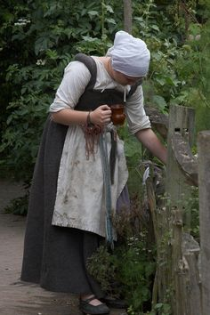 "https://flic.kr/p/gwuJj | Cottage Garden, Kentwell 1578 | A farm-girl at <a href=""http://www.kentwell.co.uk"">Kentwell Hall</a>.  The  <a href=""http://www.kentwell.co.uk/Re-Creations/index.html"">Great Annual Tudor Re-Creation""</a> features 300+ dedicated re-enactors in costume and in character around the Elizabethan house, farm and grounds. This year was 1578.  View this location in <a href=""http://www.robogeo.com/Flickr2Map/?type=map&view=hybrid"" target=""_blank"">Google Maps</a> 